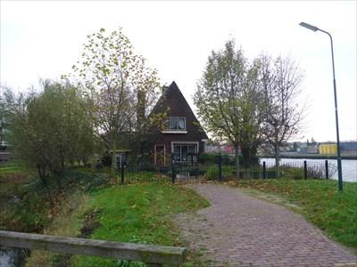 Zomaar een oude villa langs het kanaal, verstopt achter alle nieuwbouwblokken dozen