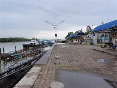 Standing on the northern end of the pier looking south. To the left a small covered waiting area, filled with boat drivers discussing the issues of the day.