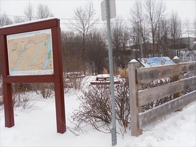 """Panneau placé près de celui """"Vous êtes ici """"Carte géographique de la région."""