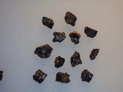 Ces bouts de roches vitrifiés, résultants de l'impact des météorites pouvaient être trouvés aux alentours des cratères.Ils sont maintenant visible au  Museum of Central Australia à Alice Springs.