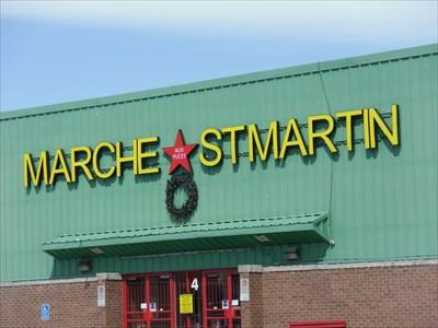 Photo d'une autre porte d'entrée avec le nom Marché aux puces St-Martin Inc.  Photo of another door with the name Flea Market St. Martin Inc.