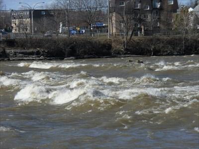 Photo avec vue sur la rivière et l'eau agité du courant.  Photo overlooking the river and the water agitated current.