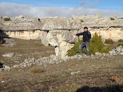En esta imagen se aprecia la continuidad de la roca que forma el bloque con la cornisa que se ve al fondo, al otro lado de la depresión cárstica.
