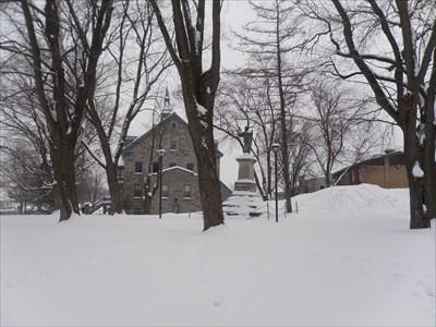 Photo de l'espace public en hiver et le monument du Sacré-Cœur au loin.  Photo of public space in winter and the monument of the Sacred Heart in the distance.