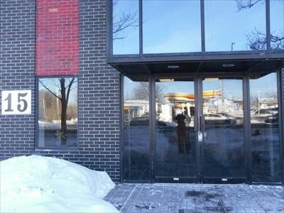 Porte d'entré des bureaux de Contreplaqué Husky.Door entered Husky Plywood offices.