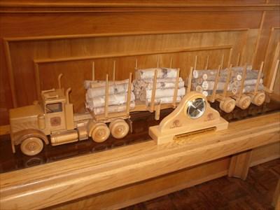 Reproduction d'une camion et sa cargaison de troncs d'arbres.Reproduction of a truck and its cargo of logs.