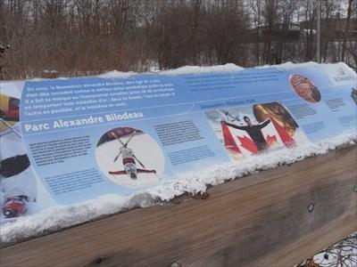 Photo avec vue d'ensemble du panneau d'information sur le double Olympien Alexandre Bilodeau.  Photo with overview of the information panel on the two-time Olympian Alexandre Bilodeau.