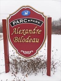 Panneau de bois rouge du parc  Alexandre Bilodeau.
