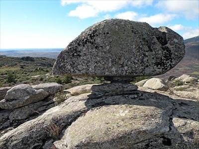 Obsérvese la pila en la parte derecha y la estrechez del pedestal que sustenta la roca.