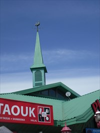 Une partie du toit, la tour et le Coq tous vert.  Part of the roof, tower and all green Coq.