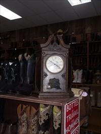 Vieille horloge et une impressionnante quantité de bottes western de marque Boulet et d'autres.Old clock and an impressive number of western boots Boulet brand and other