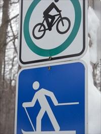 Panneau logo avec info plus bas sur la distance (Kilomètre)des sentiers.