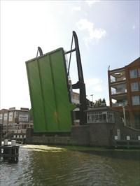 De brug volledig open met zijn groene onderkant