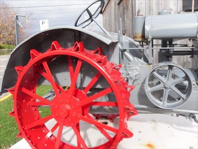 Gros plan d'une partie du tracteur. no-1  Closeup of a part of the tractor. no-1