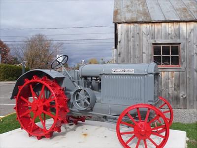 Tracteur a roues de métal au couleur original du temps.  Tractor metal wheels to the original color of the time.