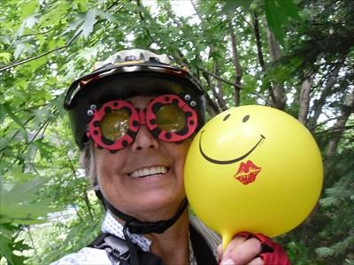 Moi portant des lunettes comique et un ballon sourire pour un défi de cache. J'ai perdu mon nez rouge.Me wearing funny glasses and a smile ball for a cache challenge. I lost my red nose