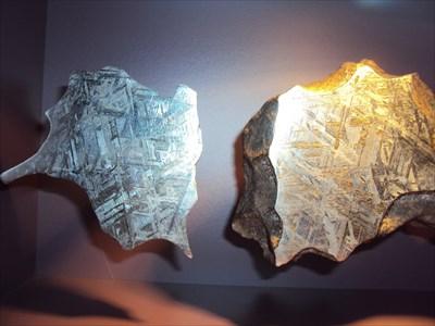 Ce morceau de météorite en partie coupé peut être vu au Museum of Central Australia à Alice Springs ainsi que d'autres échantillons.This piece of meteorite can be seen in the Museum of Central Australia at Alice Springs surrounded by many other pieces.
