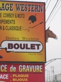 Photo de l'enseigne de d'une tête de cheval vers le stationnement.Photo of the sign of a horse's head towards the parking lot.