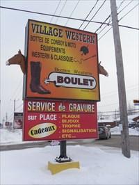Photo démontrant la grandeur de l'enseigne et les deux têtes de chevaux.Photo showing the size of the sign and the two horses' heads.