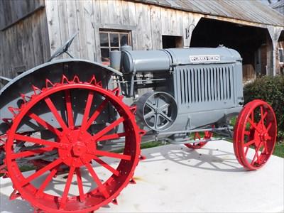 Un des premiers tracteurs agricole  de l'époque qui ont remplacé  le cheval pour certains travaux des champs.  One of the first agricultural tractors  the time that replaced  the horse for some field work.