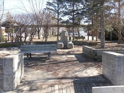 Photo avec vue des deux blocs de ciments et de la statue.  Photo view of the two blocks of cement and the statue.