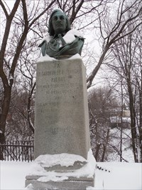 Buste de Pierre Le Gardeur de Repentigny et le monument de pierre.  Bust of Pierre Le Gardeur de Repentigny and the stone monument.