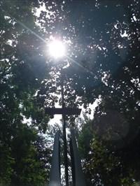 Capturer en photo le soleil juste au dessus de la croix du monument du souvenir en l'honneur des soldats disparus en service.Capture a photo the sun just above the crossthe monument of remembrance in honor of the fallen soldiers in service.