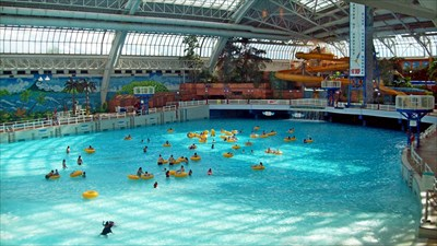 Wave pool in the mall