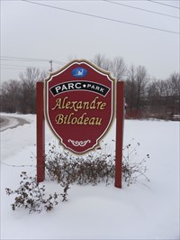 Panneau du nom du parc Alexandre Bilodeau.  Panel name of Alexandre Bilodeau Park.