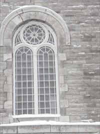 Photo gros plan de la fenêtre et de la rosace,certaines on des vitraux a l'intérieur de l'Église.Photo close the window and the rose, some are stained glass in the interior of the church.