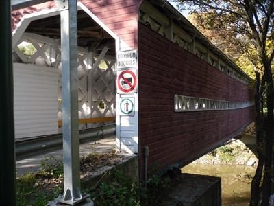 Vue de côté du pont couvert Grandchamp.