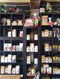 Étagère de plusieurs différentes sortes de grains de café et ses qualités recherchés.Shelf several different kinds of   coffee beans and qualities sought.