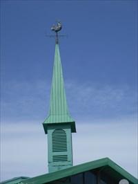 La petite tour d'aération en pointe et le coq au dessus.  The small tower aeration tip and coq au top.