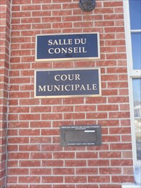 Plaque Salle du Conseil, Cour Municipale, et guichet pour paiement de constat d'infraction.