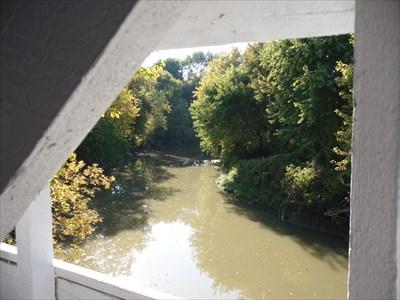 Vue de la rivière au travers de la structure du pont