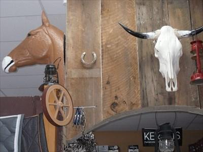Décorations dans la boutique western.Decorations in the western shop.
