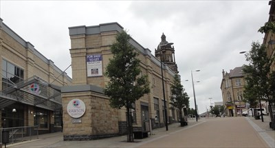 The building stands between the pedestrianised street and the main shopping hall.