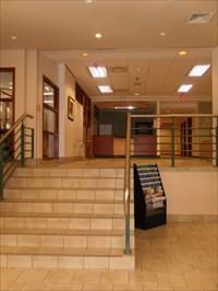 Escalier menant au deuxième niveau et ses salles  activités qui jadis étaient les bureaux du siège  social de la Caisse.  Staircase to the second level and its rooms activities that were once the headquarters offices share of the Fund.