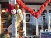"""Magnifique montage de décoration """"Cœur et fleurs""""  de la boutique Fleuriste et Cadeaux.  Beautiful decoration installation """"Heart and Flowers""""   Florist and Gifts of the shop."""