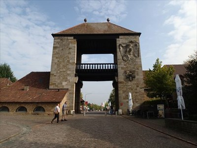 Deutsches Weintor (monument with vinery)