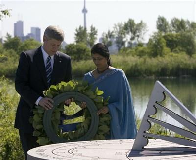 Prime Minister Steven Harper places a wreath on the memorial, 23 June 2007