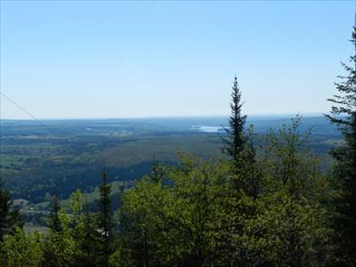 Sur le sommet, nous apercevons le lac Etchemin.