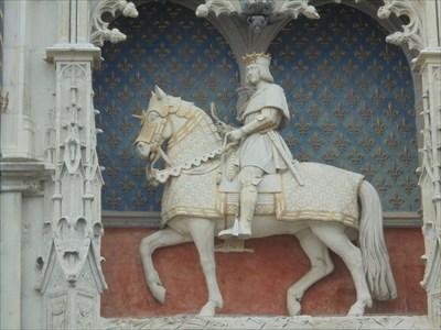 Statue de Louis XII, Roi de Frande, à Cheval, sise au dessus de la porte d