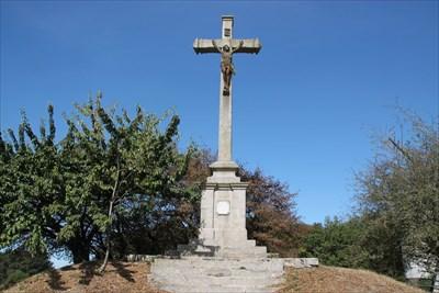 Vue de la croix dans son intégralité.Nous distinguons tous les éléments constitutifs.
