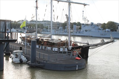 Photo prise sur l'autre rive du Maillé-Brézé, bâtiment de la Marine Française, transformé en Musée de la Marine