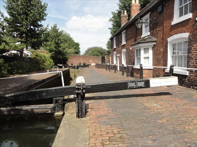 The lock and lock keeper's cottages in front of the bridge