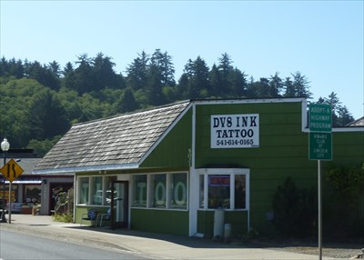 Our Lincoln City OR pet store has it all. If you're looking for dog beds, cat carries or even quality food or supplements for your pet, you can find what you're looking for here. We most food and product brands and our wonderful staff is ready to help and answer any questions you may have.