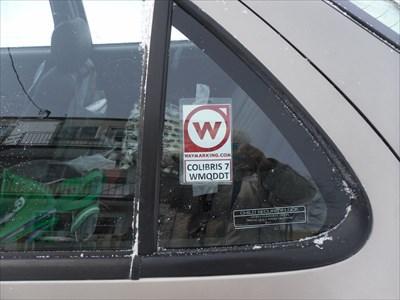 Mon auto et le Waymark placé sur la vitre de côté.
