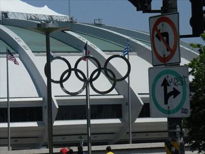 Les anneaux Olympique devant la stade.