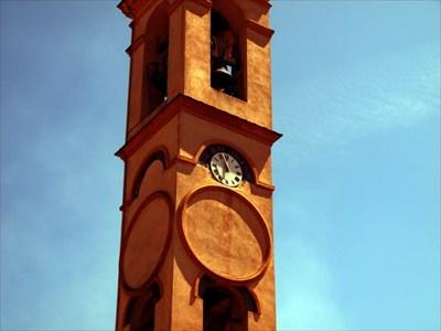 Biolog près de l'horloge de l'église de l'Annonciation
